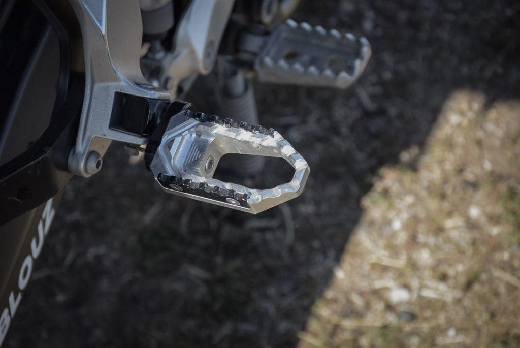 équipement moto off road essentiel : cale-pieds